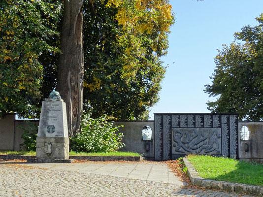 Kriegerdenkmal mit der Kaiser-Linde