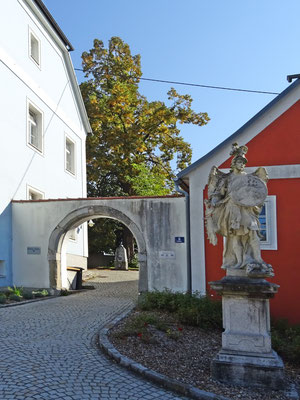 Eingang zum Kriegerdenkmal und Friedhof