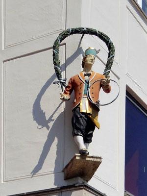 Figur eines Schäfflertänzers an einer Hausfassade