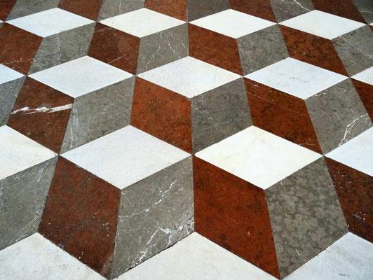 Ein Kunstwerk noch ganz eigner Art stellt der Boden des Bibliothekssaales dar - über 7.000 rautenförmige Steine aus weißem, rotem und grauem Marmor sind in raffinierter Weise zu geometrischen Mustern zusammengefügt worden