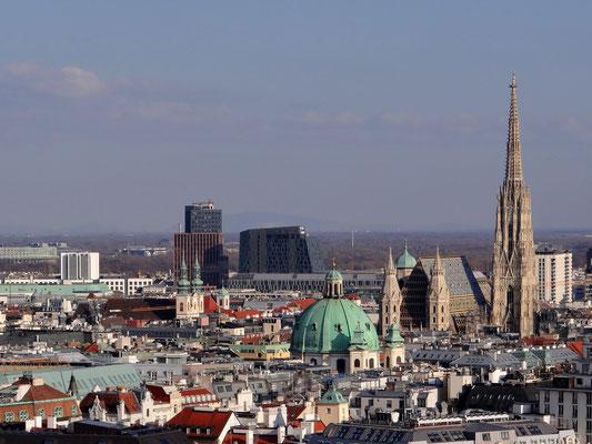 Stephansdom, Kuppel der Peterskirche, im Hintergrund der Bahnhof Wien-Mitte