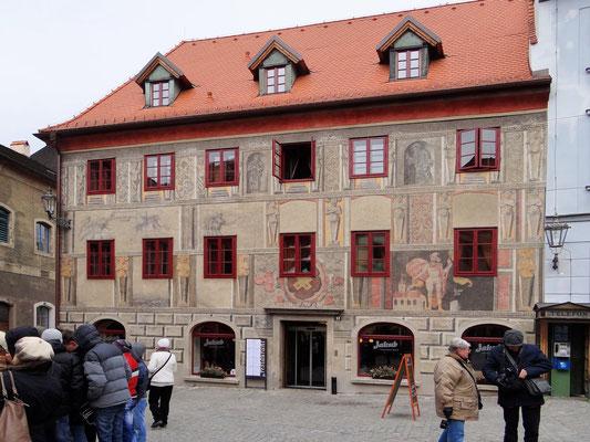 das gesamte Haus ist bemalt - ein besonders schönes Motiv ist dem hl. Florian gewidmet