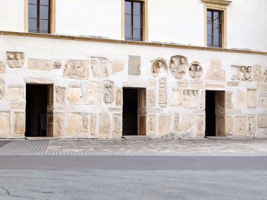 die Römersteine an den Außenmauern des Schlosses