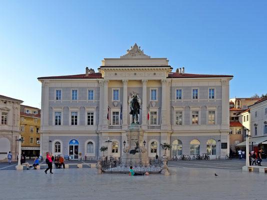 Rathaus am Tartini-Platz im Herzen von Piran mit der Statue von Guiseppe Tartini