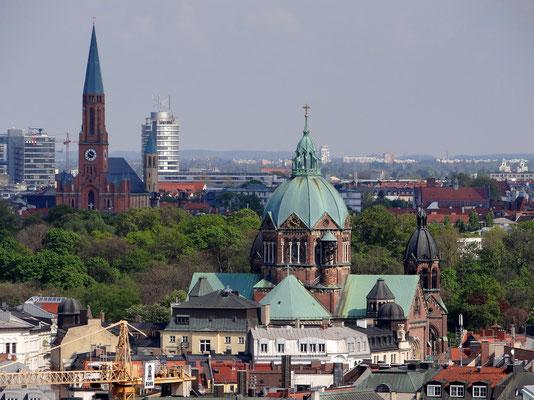 Neue Pfarrkirche St. Johann Baptist in Haidhausen (links) - Evang.-Luth. Kirche St. Lukas (rechts)