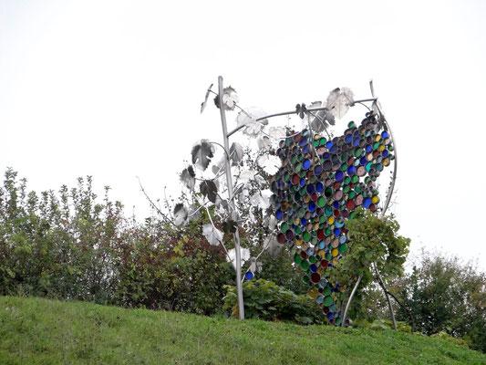die größte Weintraube der Welt aus Edelstahl und verschmolzenen Farbglasfüllungen vom ortsansässigen Künstler Willibald Trojanauf dem Eory-Kogel