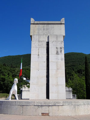 in der Mitte des Mausoleums die Grabstätte von D'Annunzio