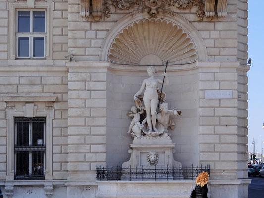 Venusstatue auf der Piazza Unità d'Italia