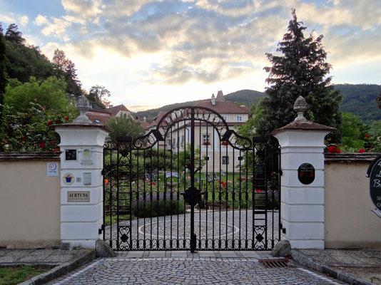 dahinter das barocke Landhaus Burkhardt