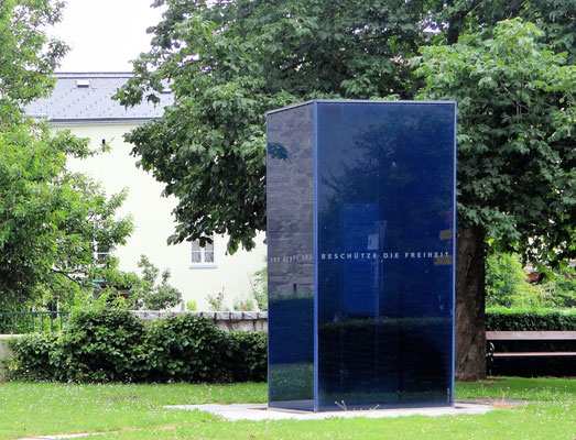 der Blaue Stein ist ein Widerstandsdenkmal vor dem Linzertor, das elf Freistädtern gewidmet ist, die knapp vor Ende des zweiten Weltkrieges Opfer des Nationalsozialismus wurden