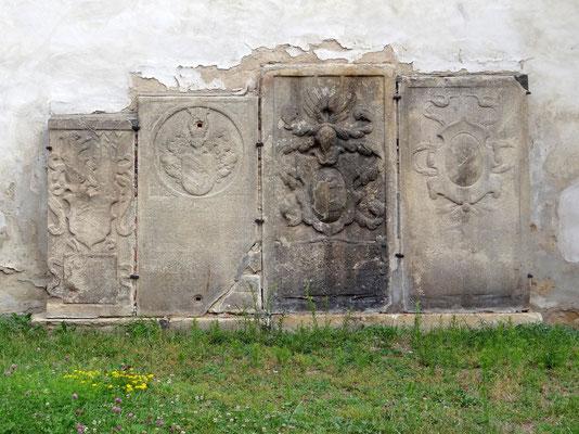 Grabsteine an der Kirchenmauer