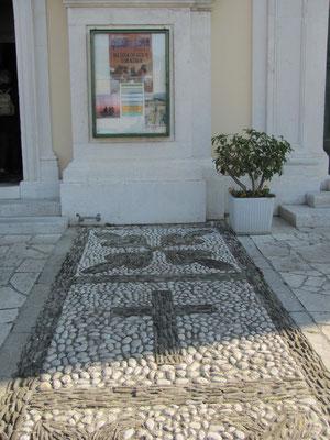 Pflaster vor der Kirche