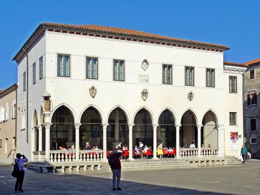 Gebäude im venezianischen Stil - der Löwe an der Fassade der Loggia hält ein geschlossenes Buch in seinen Pranken - im Kaffeehaus saß auch gerne der französische Dichter Stendhal - auch eine Galerie befindet sich in diesem Gebäude