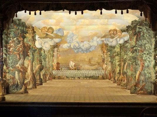 im barocken Schlosstheater , das mit Originaldekorationen ausgestattet ist