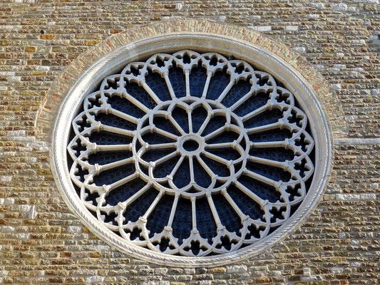 gotische Fensterrose aus Kalkgestein und Carrara-Marmor