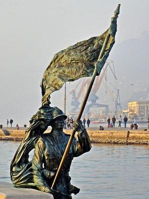 Soldat mit der Flagge von Triest