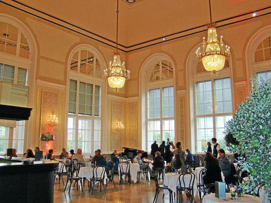 der Wintergarten mit seinen 272 m² bietet einen einmalig schönen Blick auf die Prunkbauten der Wiener Ringstraße wie die Museen, das Parlament und das Rathaus. dieser Raum ist besonders beliebt als Lounge, Bar und Café-Restaurant