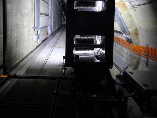 Blick in den Aufzugsschacht