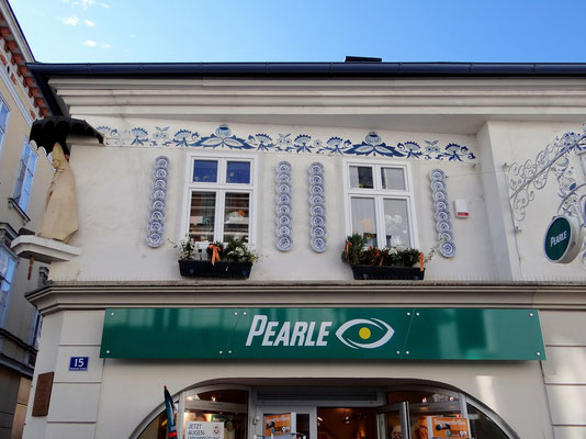 in der Kremser Gasse - Haus mit Zwiebelmustertellern und -dekor