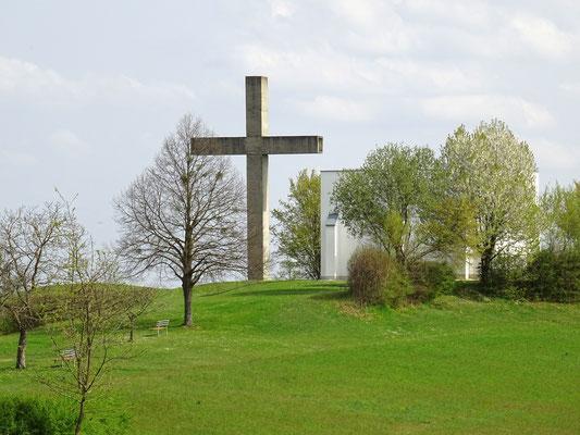 das 15 m hohe Betonkreuz auf dem Schlösselberg