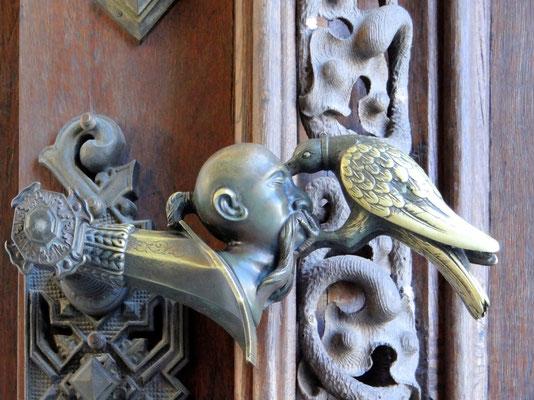 Die Türklinke zeigt einen Raben, der einem Türken in den Kopf hackt. Soll an den Sieg über die Türken in Raab (Ungarn) im Jahr 1598 erinnen - ein Rabe schmückt auch das Wappen der Familie Schwarzenberg