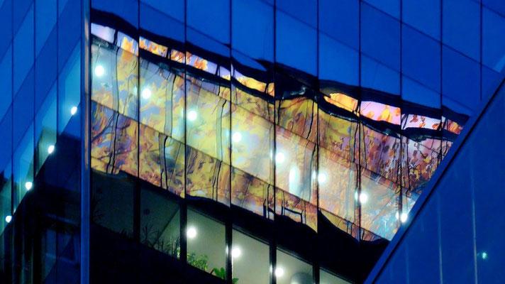 die bunte Zwischendecke des Nouvel-Towers spiegelt sich im Media-Tower