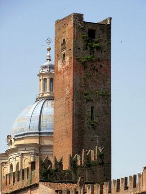 Kuppel der Kirche S. Andrea und Torre della Gabbia