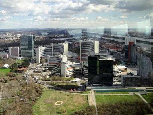 Uno City, links hinten der  IZD Tower