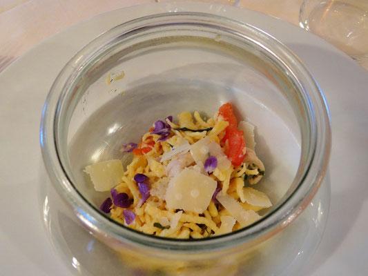 Nudeln mit Parmesan, Gemüse und Veilchenblüten