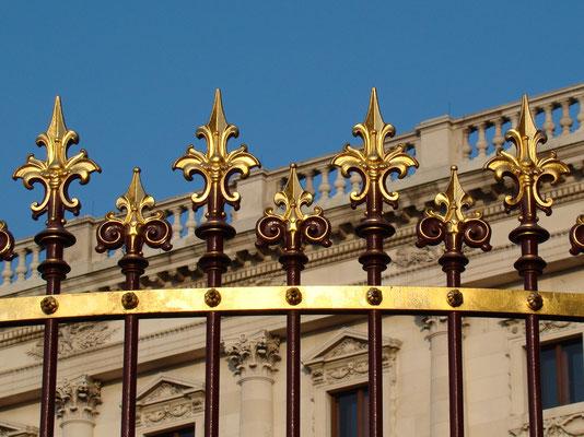 im Laufe der Zeit wurde der Zaun schwarz gestrichen - nach Restaurierungsarbeiten in den 90er Jahren des 20. Jahrhunderts wurde der Teil im Bereich des Burgtores wieder in die ursprünglichen Farben zurückversetzt und erstrahlt im neuen Glanz