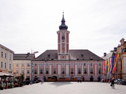 das Rathaus - Barockfassade und Renaissanceturm von Joseph Munggenast