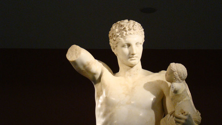 der Hermes des Praxiteles hält den kleinen Dionysos auf dem Arm