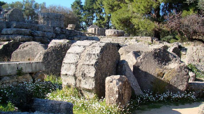 die von einem Erdbeben niedergerissenen Säulen des Zeus-Tempels