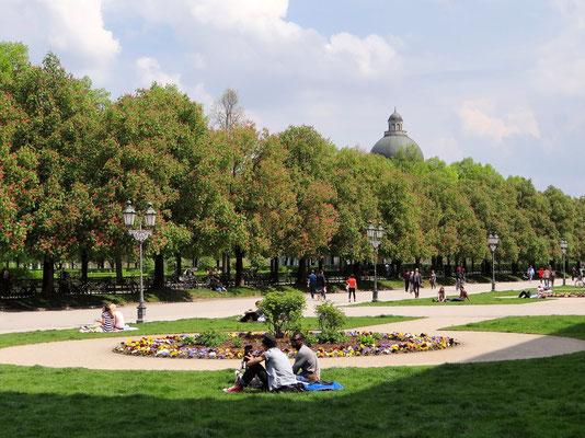 Hofgarten mit der Kuppel der Staatskanzlei