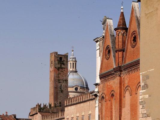 links Torre della Gabbia -hier wurden von den Gonzagas Übeltäter eingechlossen