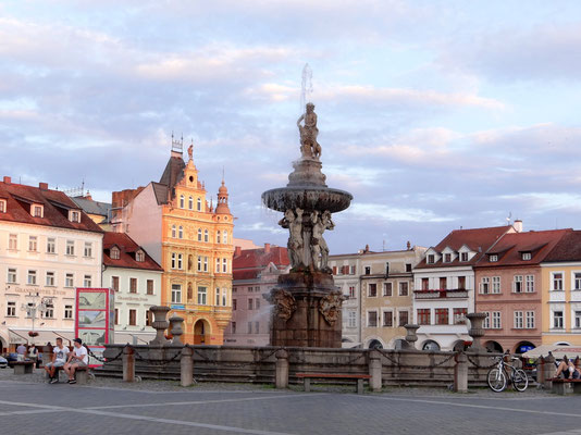 Marktplatz mit einer Seitenlänge von 137 m mit dem Samson-Brunnen