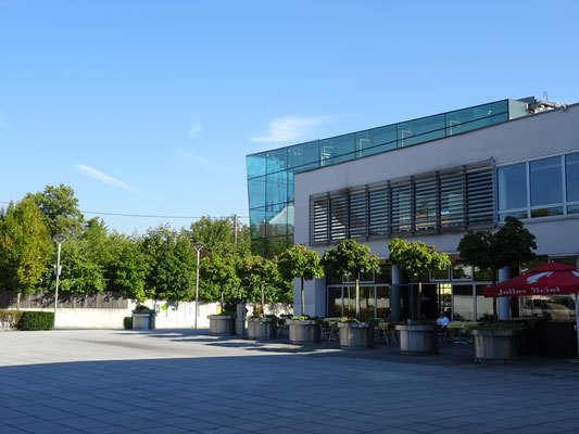 am Stadtplatz mit dem modernen Gemeindehaus aus Glas und Stahl
