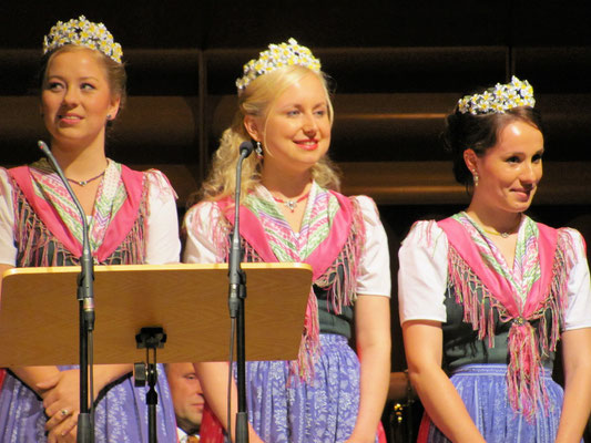 die Königin (Mitte) mit ihren herzigen Narzissenprinzessinnen