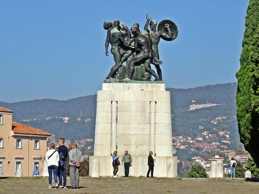 Denkmal für die Gefallenen des Ersten Weltkrieges - unter den Stufen ruhen die Gebeine von vielen Gefallenen