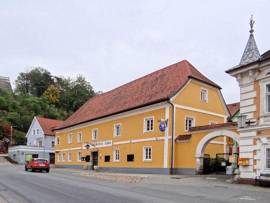 """Gasthof """"Zum Goldenen Löwen"""" - früher eine ehemalige Brauerei und Fleischerei - Maria Theresia ist hier 1750 eingekehrt"""