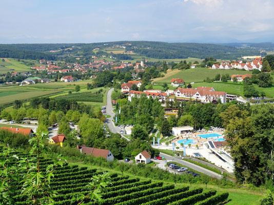 Blick nach Bad Waltersdorf vom Hotel aus - rechts die öffentliche Therme
