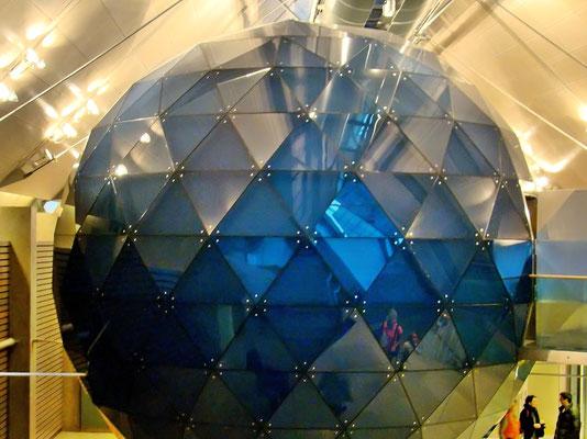 im Dachfoyer der kugelförmige, abhörsichere Konferenzraum mit 46 m²
