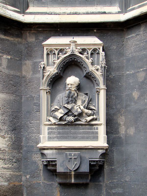 Gedenktafel am Südturm an den Baumeister Friedrich von Schmidt