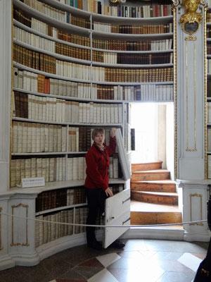 eine Geheimtür, die zur oberen Etage der Bücherwand führt