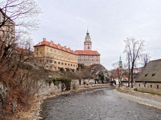 rechts vom Schloss die St. Jost-Kirche