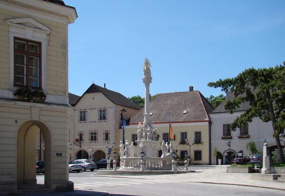 Marktplatz mit Rathaus und Dreifaltigkeitssäule