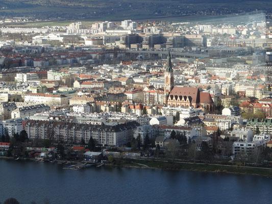 Blick auf Floridsdorf mit der Kirche St. Leopold am Kinzerplatz