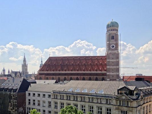 die Frauenkirche von der Dachterrasse des Bayerischen Hof's aus gesehen