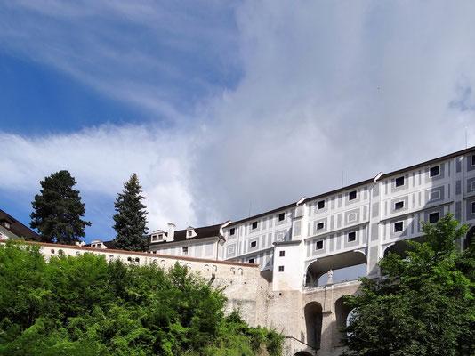 die Schlossbrücke mit drei Bogengängen übereinander verbindet die beiden Schlossteil