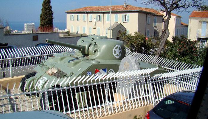"""der Panzer """"Jean Darc"""" auf dem Berg nächst der Kirche"""